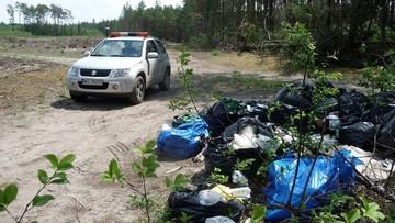 Jechali ponad 100 km, by wyrzucić 30 worków śmieci w olsztyńskich lasach
