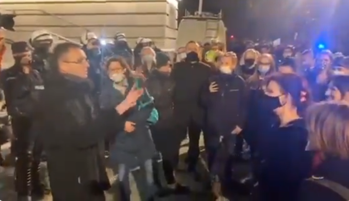 """Ksiądz wyszedł do protestujących. """"Ja też jestem przeciwko PiS-owi"""""""