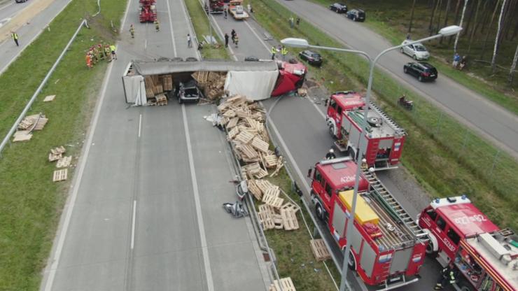 Wypadek na S17 koło Garwolina. Ciężarówka przygniotła auto osobowe. Są ranni