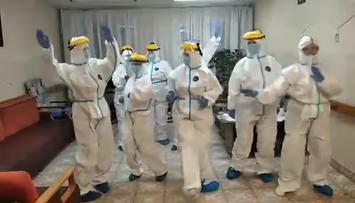 Wielka radość w DPS. Pracownice w kombinezonach tańczą i śpiewają