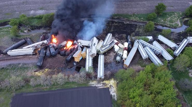 USA: wykolejenie pociągu towarowego, wagony z chemikaliami w ogniu. Ewakuowano mieszkańców
