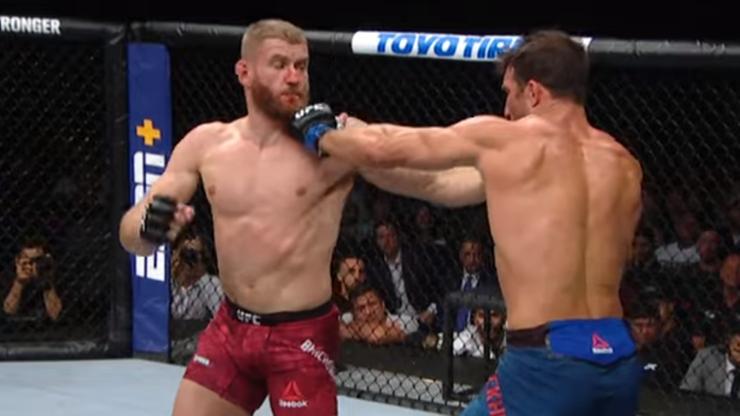 """UFC przypomina brutalny nokaut Błachowicza. """"Nigdy nie kwestionuj jego siły!"""""""