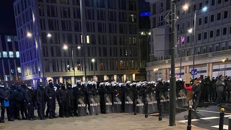 Protest w stolicy. Trzaskowski o działaniach policji: gaz łzawiący przeciwko kobietom?