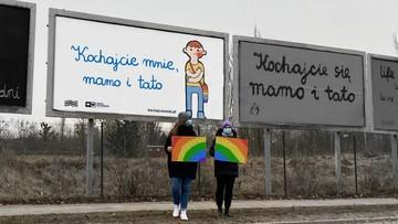 """""""Kochajcie mnie, mamo i tato"""". Bilboardy wsparcia dla nastolatków LGBT"""